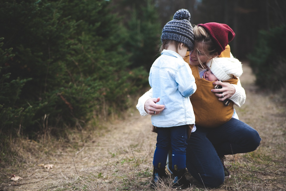 Oba otroka zahtevata istočasno od vas različne stvari, vi pa ste ena sama mama.