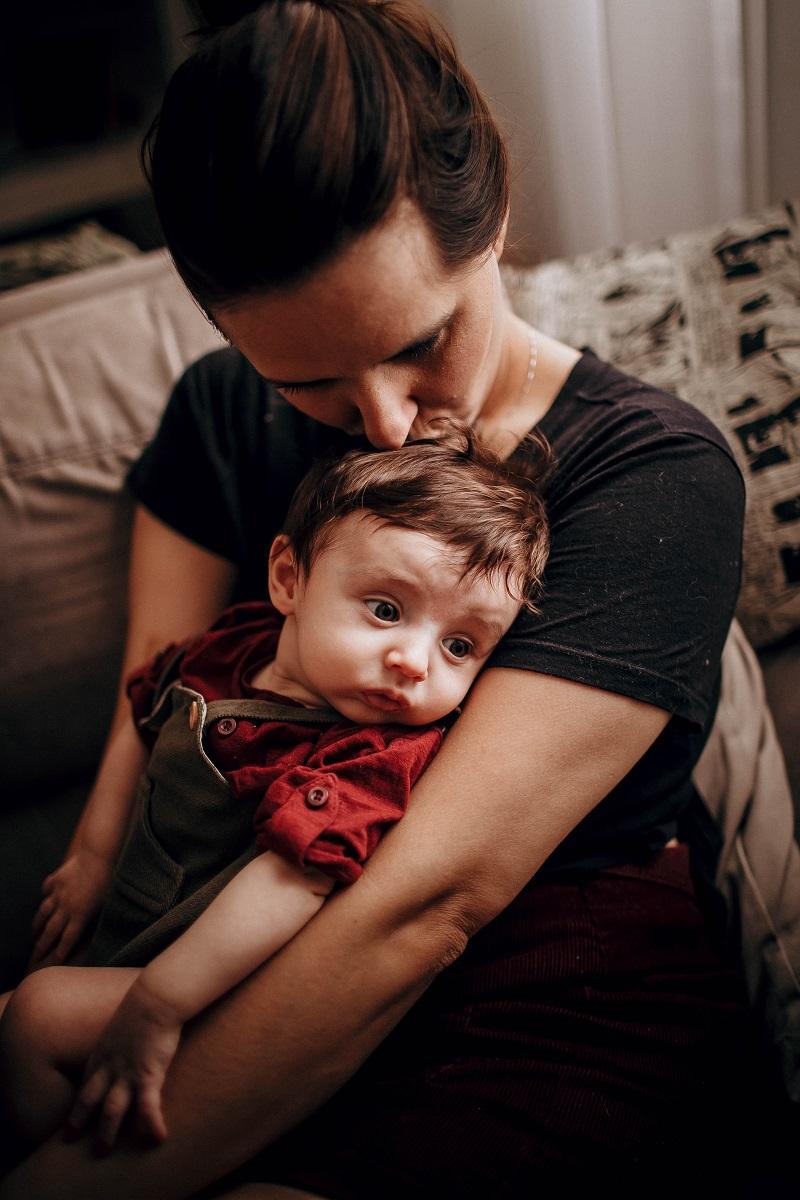 Vključite dvoletnika v skrb za dojenčico.